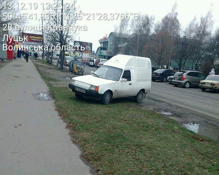 У Луцьку оштрафували водіїв, які паркували свої машини на газоні