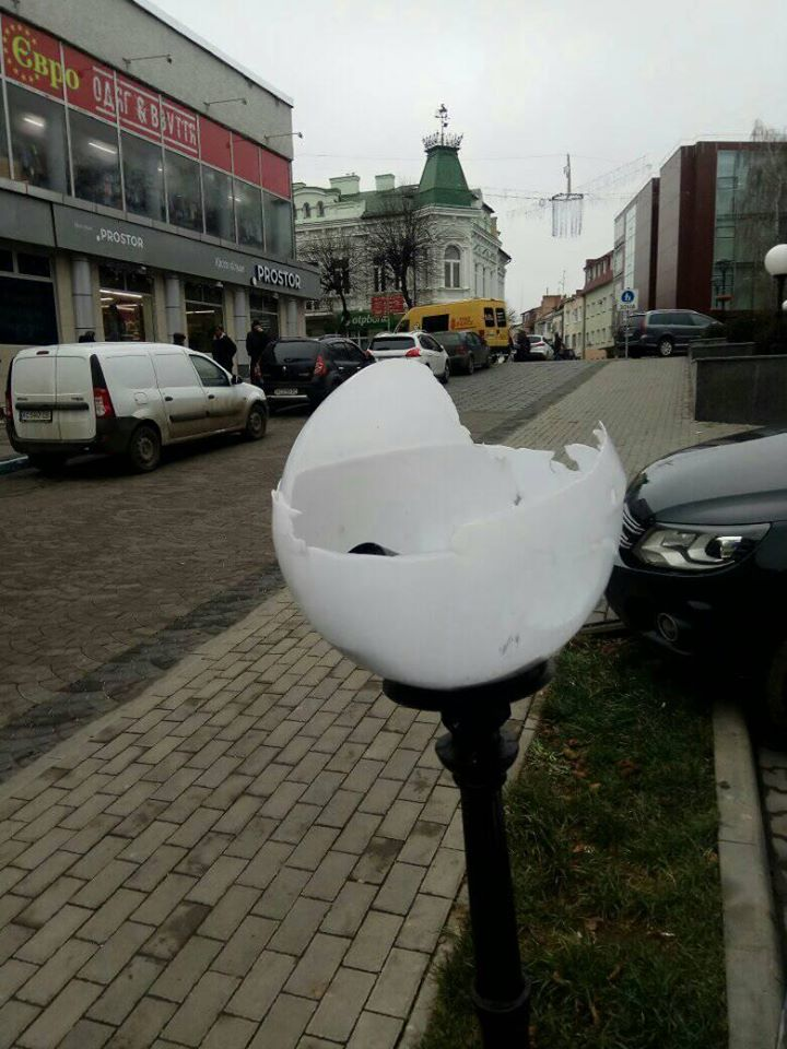 У Луцьку вандали пошкодили ліхтарі в центрі
