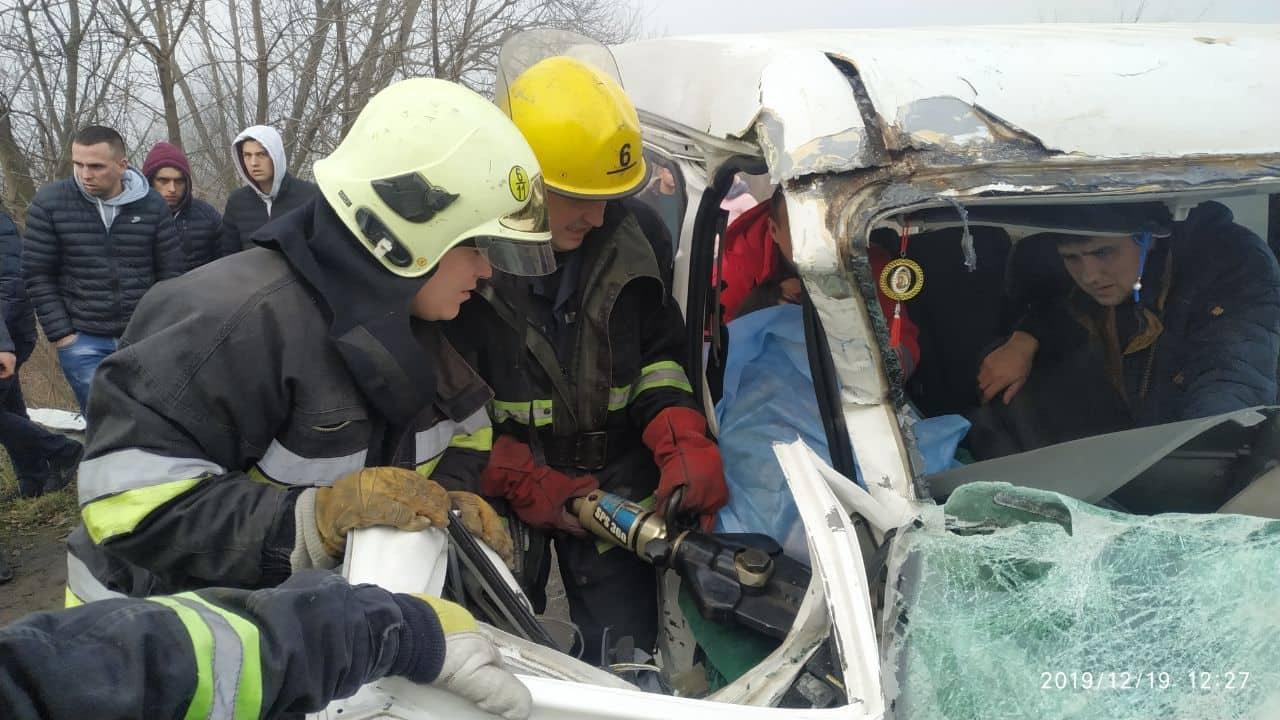 Волинян, які постраждали у ДТП, вирізали із автомобіля