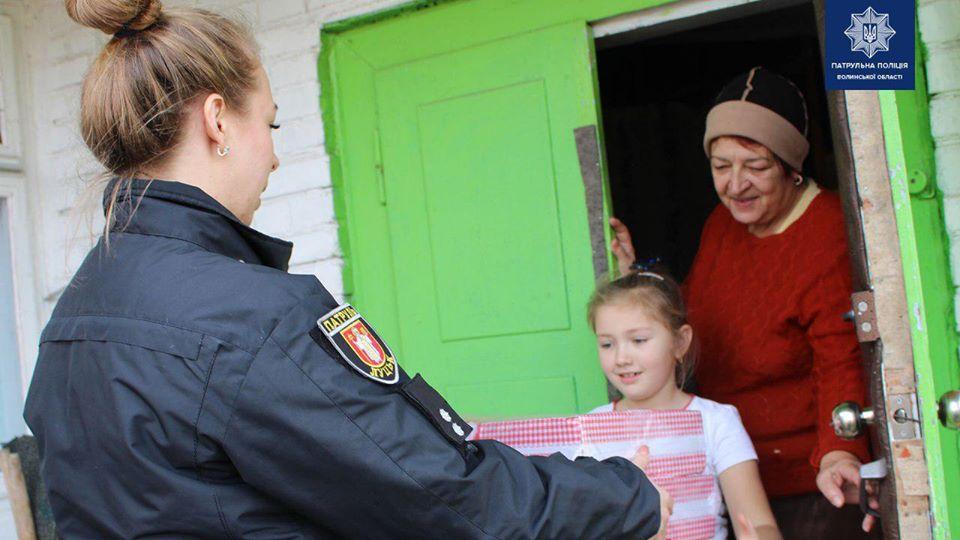 На Волині патрульні роздали смаколики сім'ям, які у складних життєвих обставинах