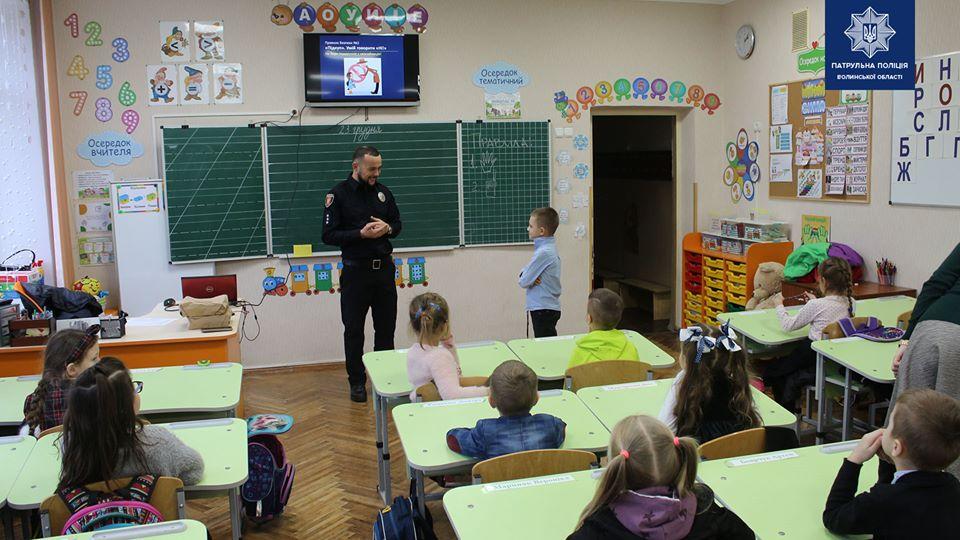 У Луцьку поліцейські відвідують навчальні заклади з корисними уроками