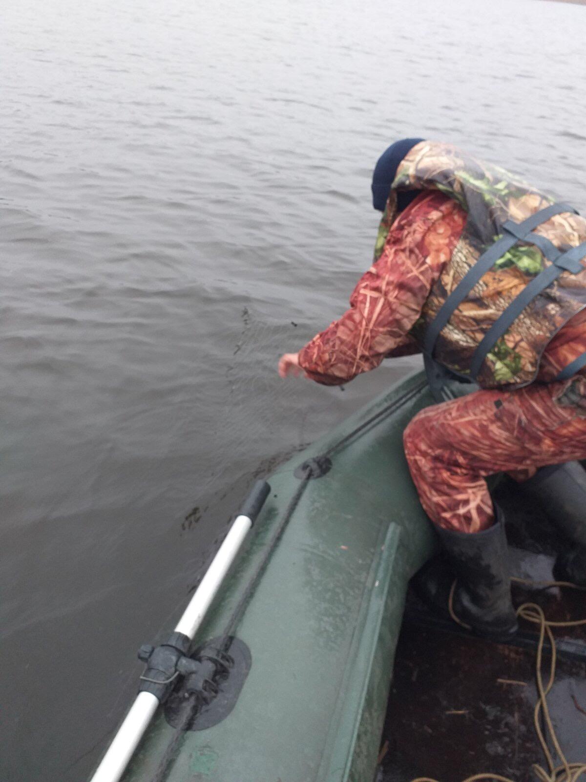 На Волині піймали порушника, який незаконно ловив рибу сіткою