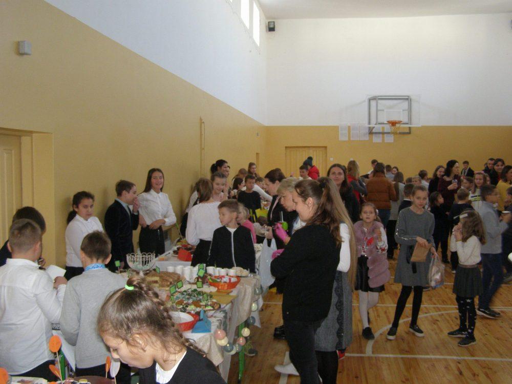 На Волині школярі організували благодійний ярмарок