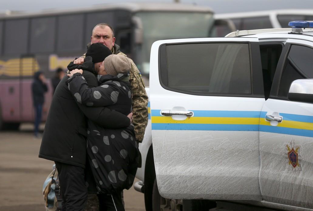 Обвинувачений у вбивстві Захарченка, журналісти, медсестра – перелік звільнених з полону ОРДЛО