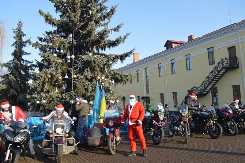 У волинському місті Миколай приїхав до головної ялинки міста на байку. ФОТО
