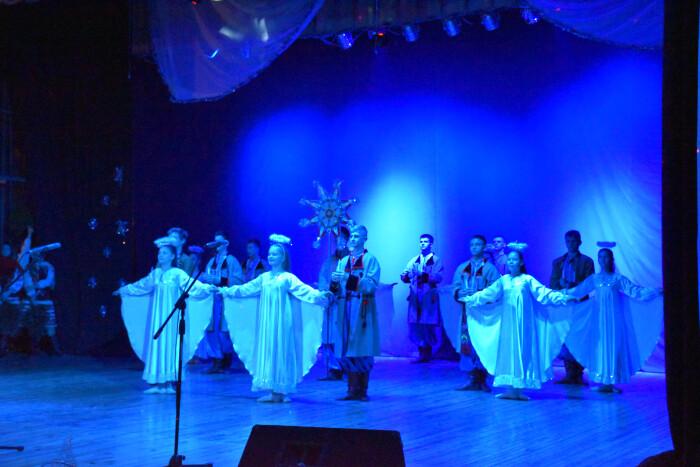 У Луцьку для дітей учасників АТО та ООС організували виставу-казку та солодощі