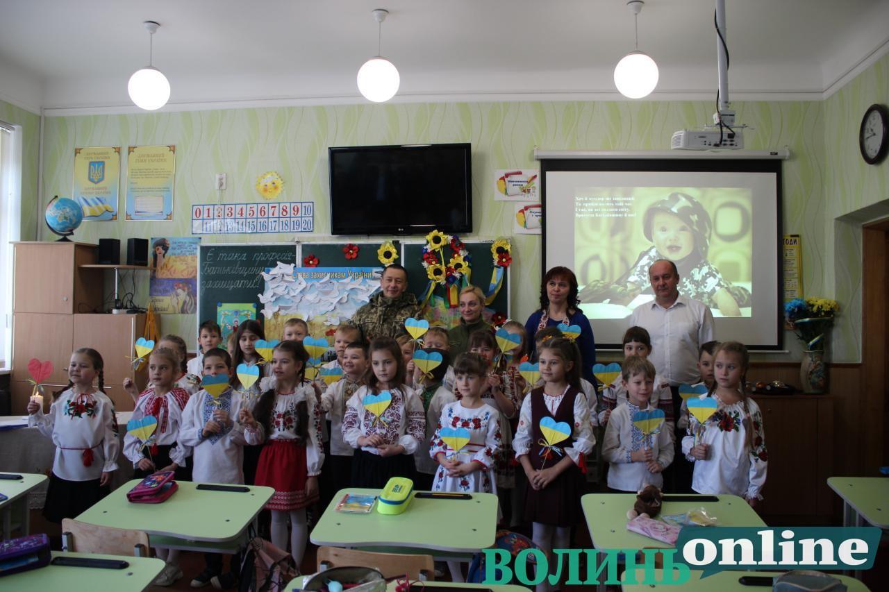 «Є така професія — захищати Батьківщину»: як у Луцьку школярі захисників України вітали. ФОТО