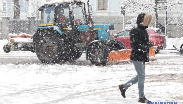 Негода в Україні: синоптики прогнозують сніг з дощем і штормовий вітер
