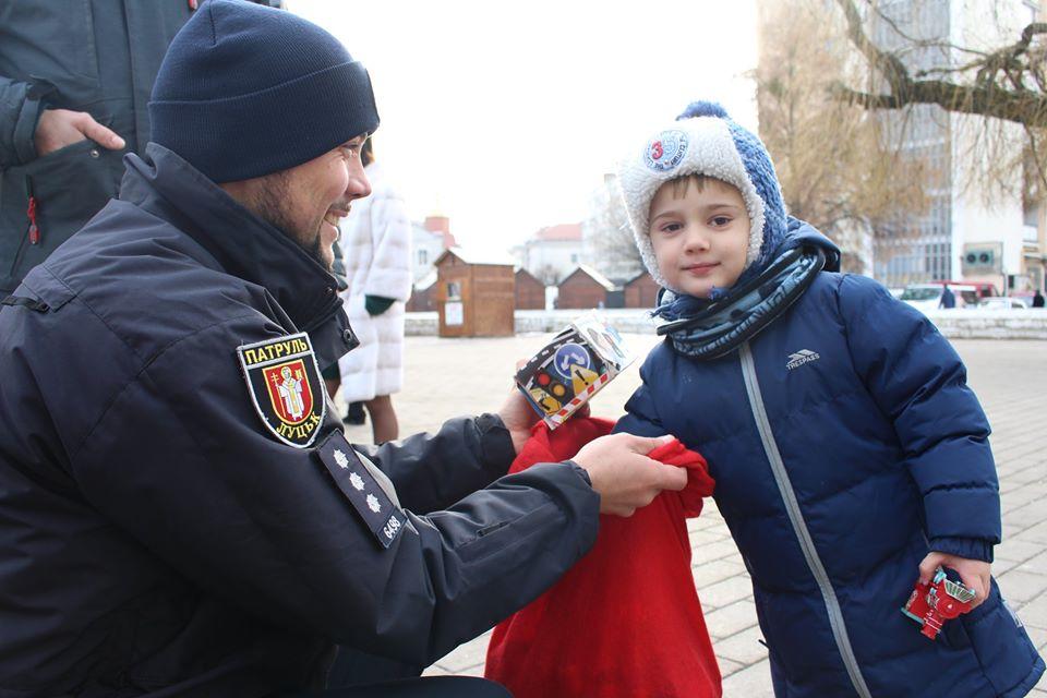 Емоції, сувеніри, вітання: як минула акція «Різдво з патрульними» у Луцьку