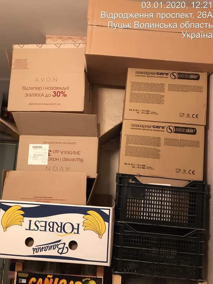 Лучанин перекрив прохід у житловому будинку картонними коробками