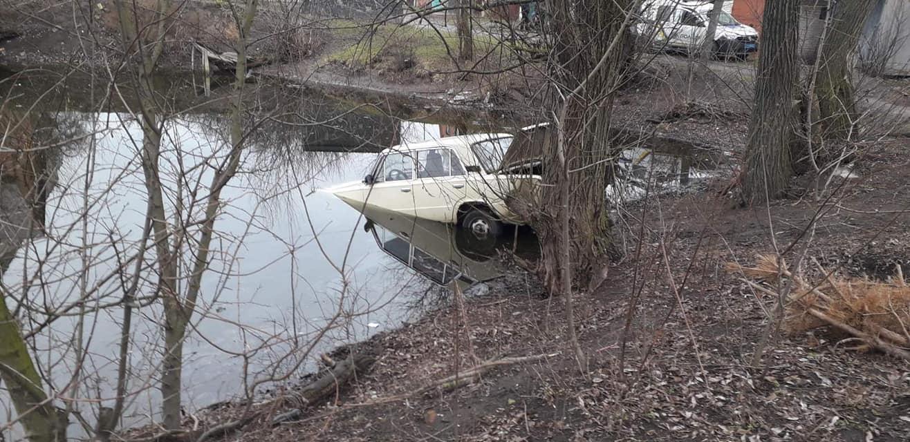 Волинські рятувальники витягнули з водойми автомобіль