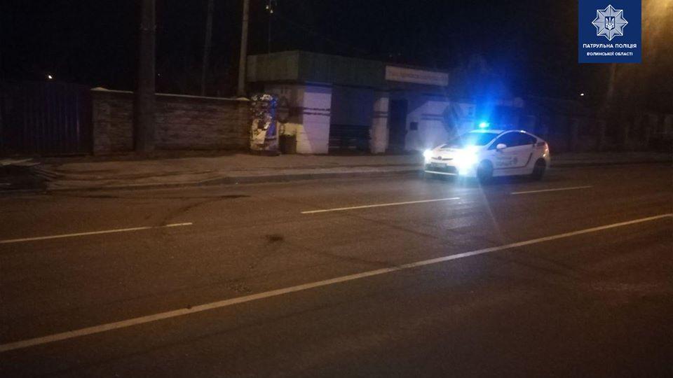 У Луцьку водій пошкодив зупинку і втік
