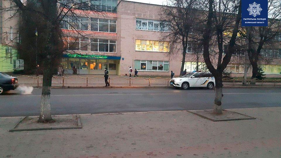 У Луцьку штрафували водіїв, які паркувалися на проїжджій частині біля школи