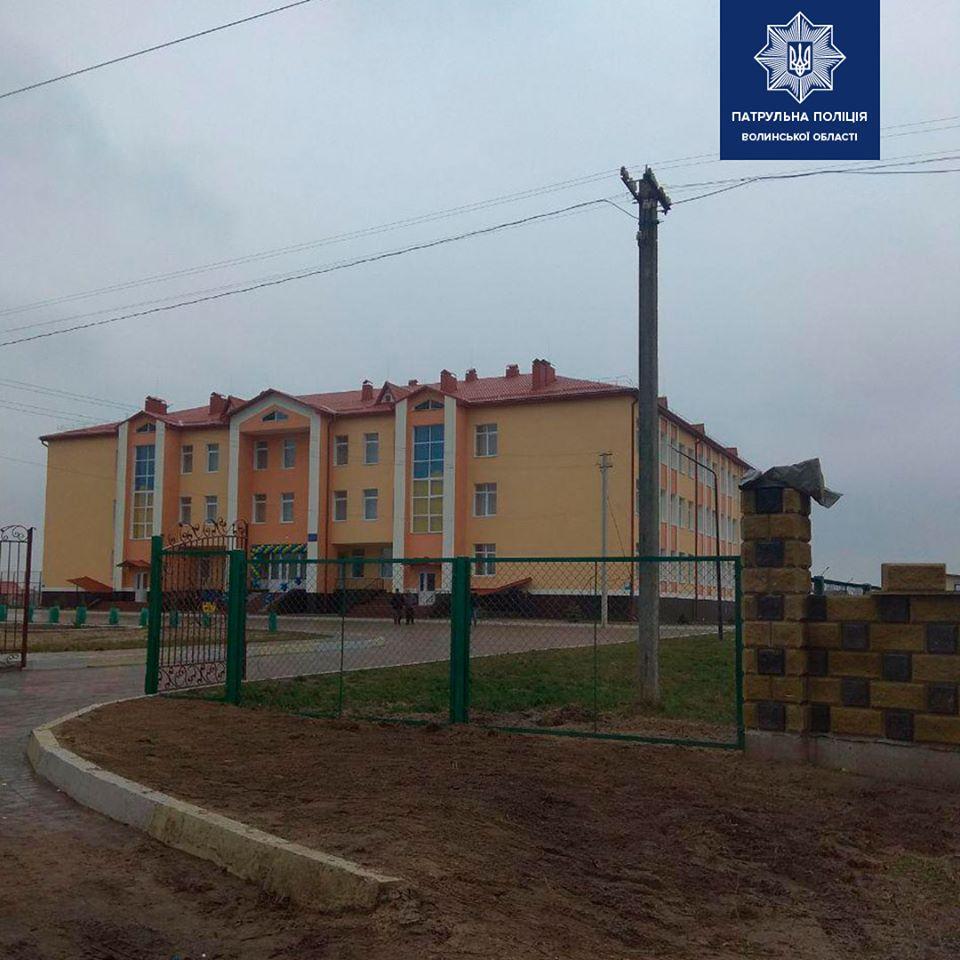 Волинські патрульні перевірили стан доріг біля шкіл області