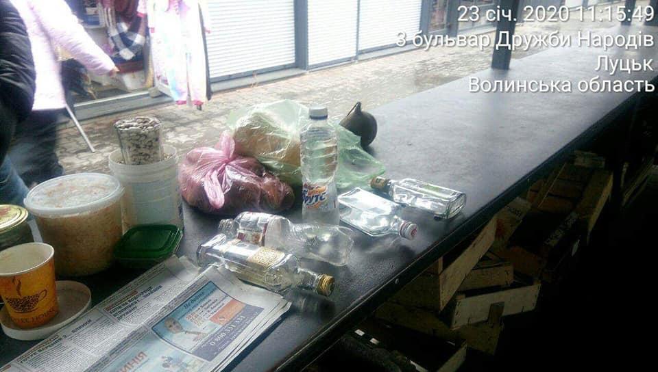 У Луцьку жінка разом з продуктами продавала сурогатний алкоголь