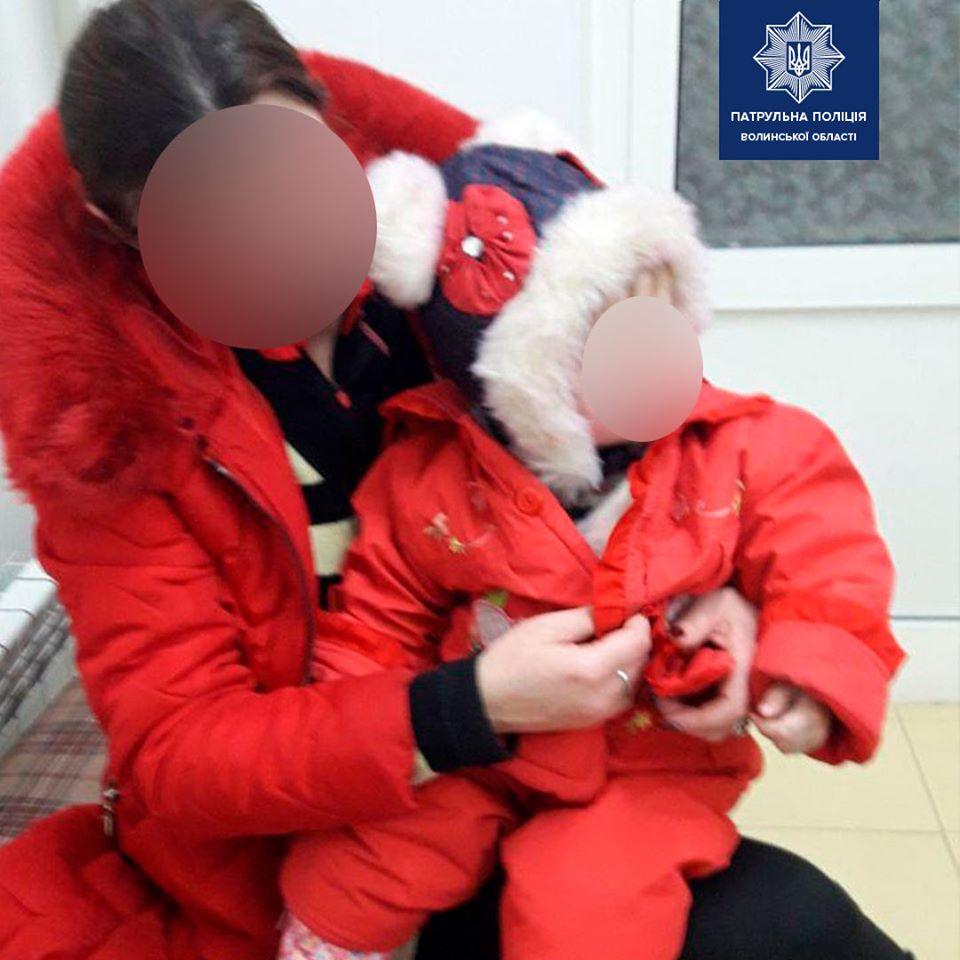 У Луцьку нетверезі батьки залишили свою дитину у візочку без нагляду