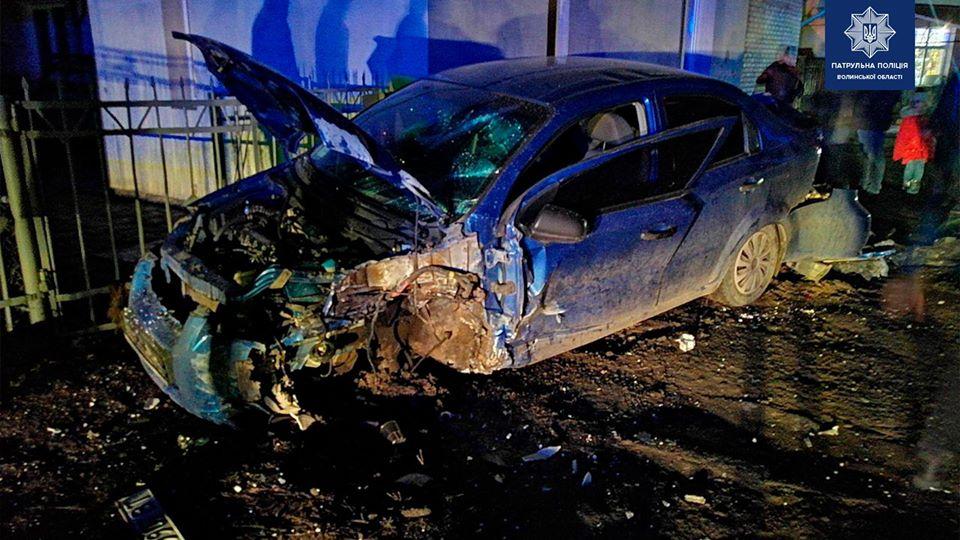 У Луцьку п'яний водій вщент розтрощив свій автомобіль