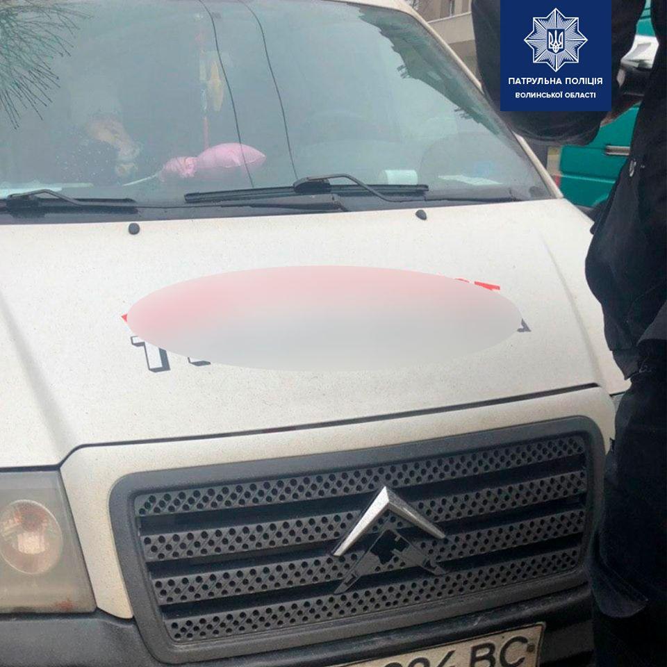 У Луцьку оштрафували водія за перевезення дитини без автокрісла
