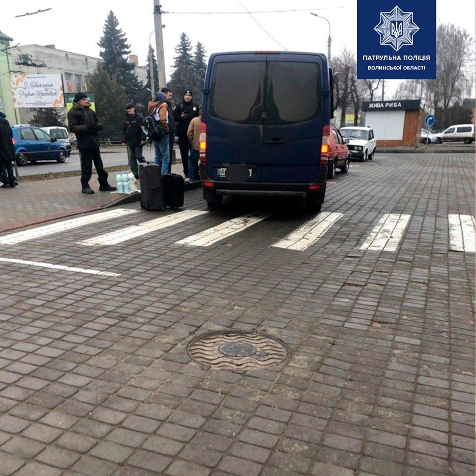 Луцькі патрульні штрафували водіїв, які паркуються на місцях для людей з інвалідністю