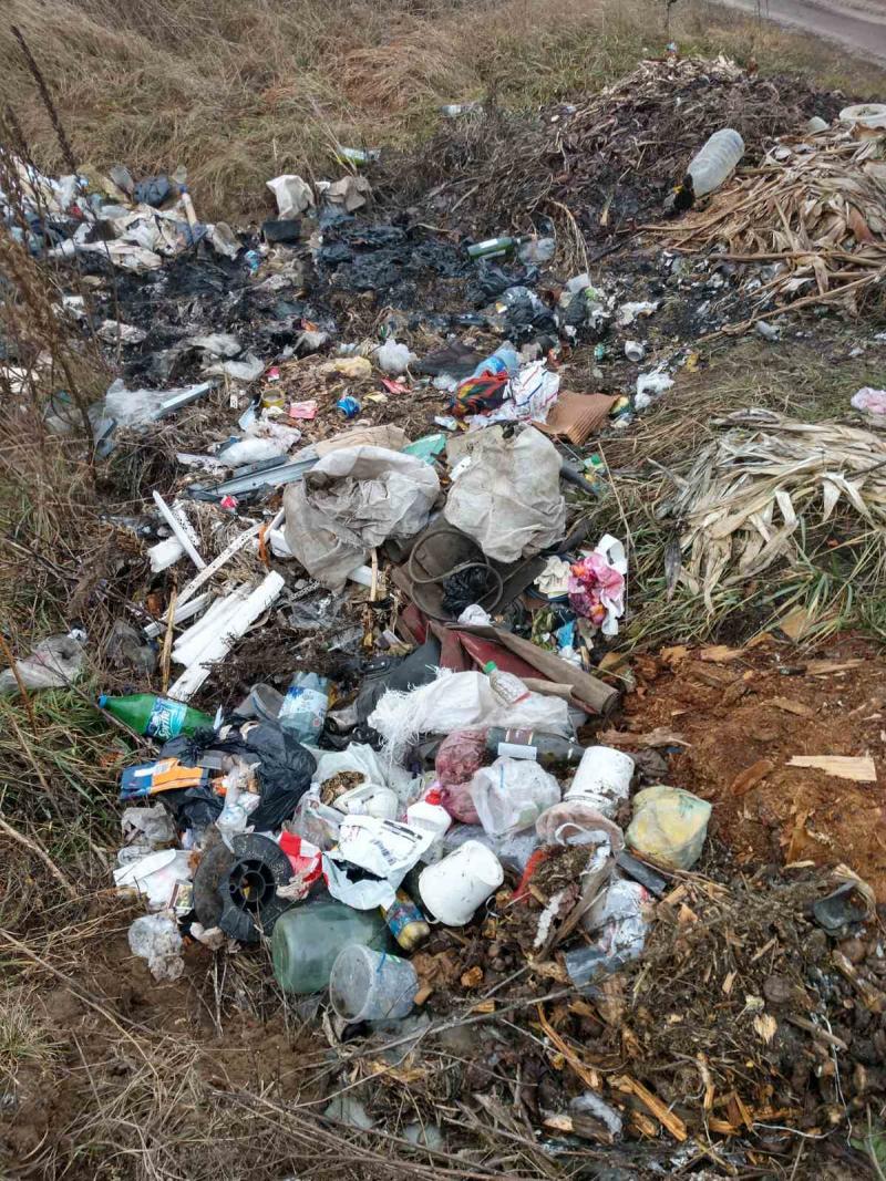 На Волині мешканці міста створили сміттєзвалище на дорозі
