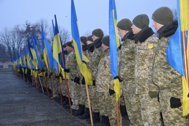 У Луцьку прикордонники з ліцеїстами на честь державного свята утворили «живий ланцюг»
