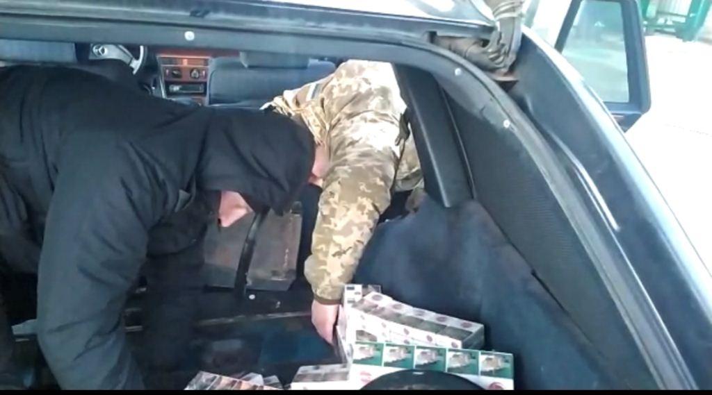 Волинські прикорднники затримали іноземця із сигаретами