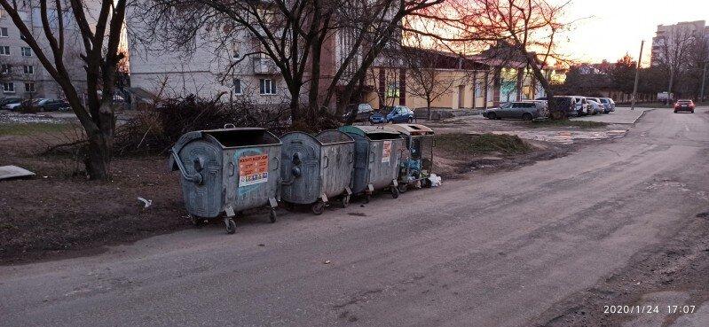 У Луцьку скаржаться на сміттєві контейнери, які стоять на проїзній частині