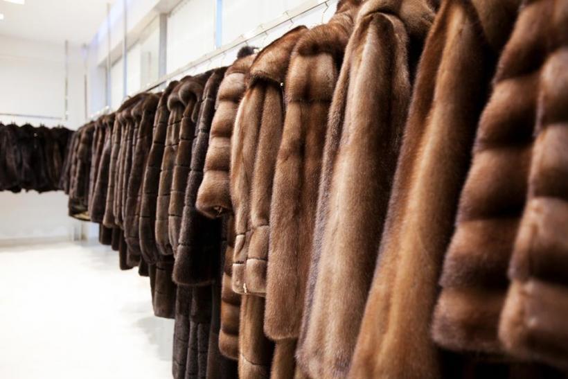 У Луцьку жінка викрала з магазину шубу та пальто