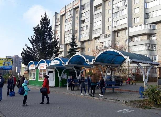 Оренду ділянки під торговим павільйоном на зупинці транспорту у Луцьку продовжать на рік