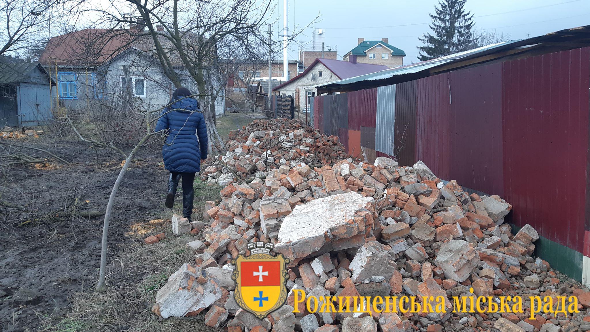 На Волині чоловік складав будівельні відходи на сусідську територію
