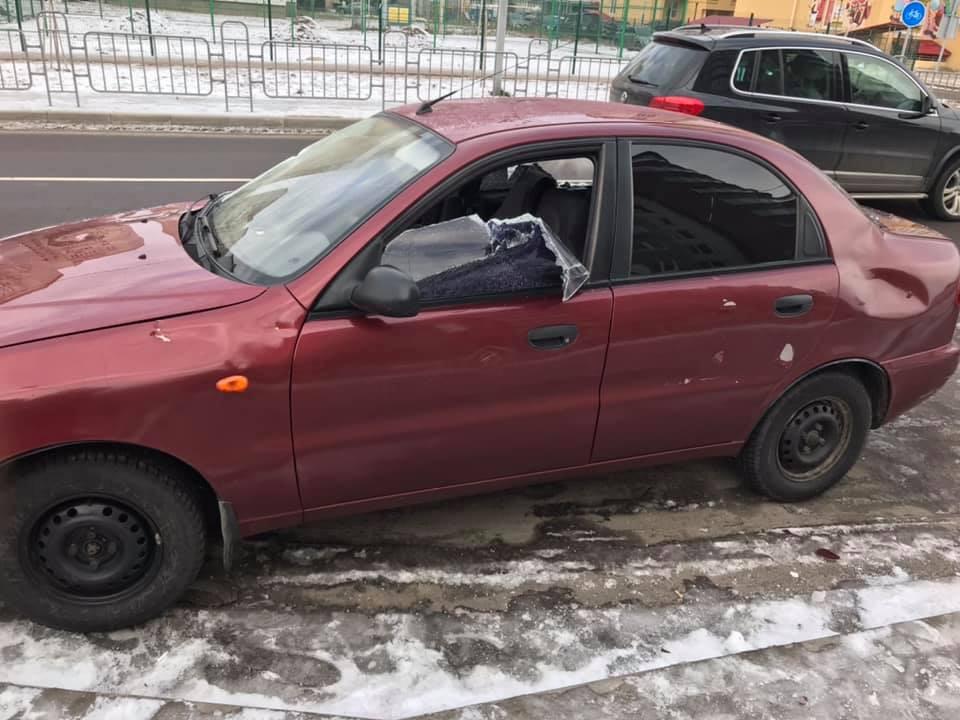 У Луцьку вночі невідомі розбили автомобіль