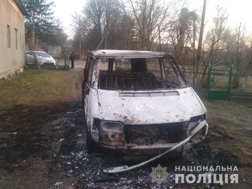 На подвір'ї волинянина згорів його автомобіль разом з документами