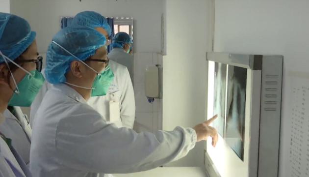 Понад 1700 лікарів у Китаї заразилися коронавірусом, шестеро померли