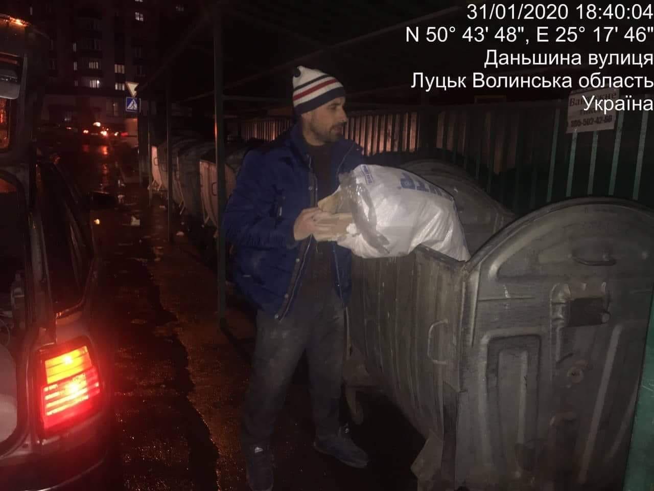 У Луцьку чоловіки викидали будівельне сміття у контейнер для побутових відходів