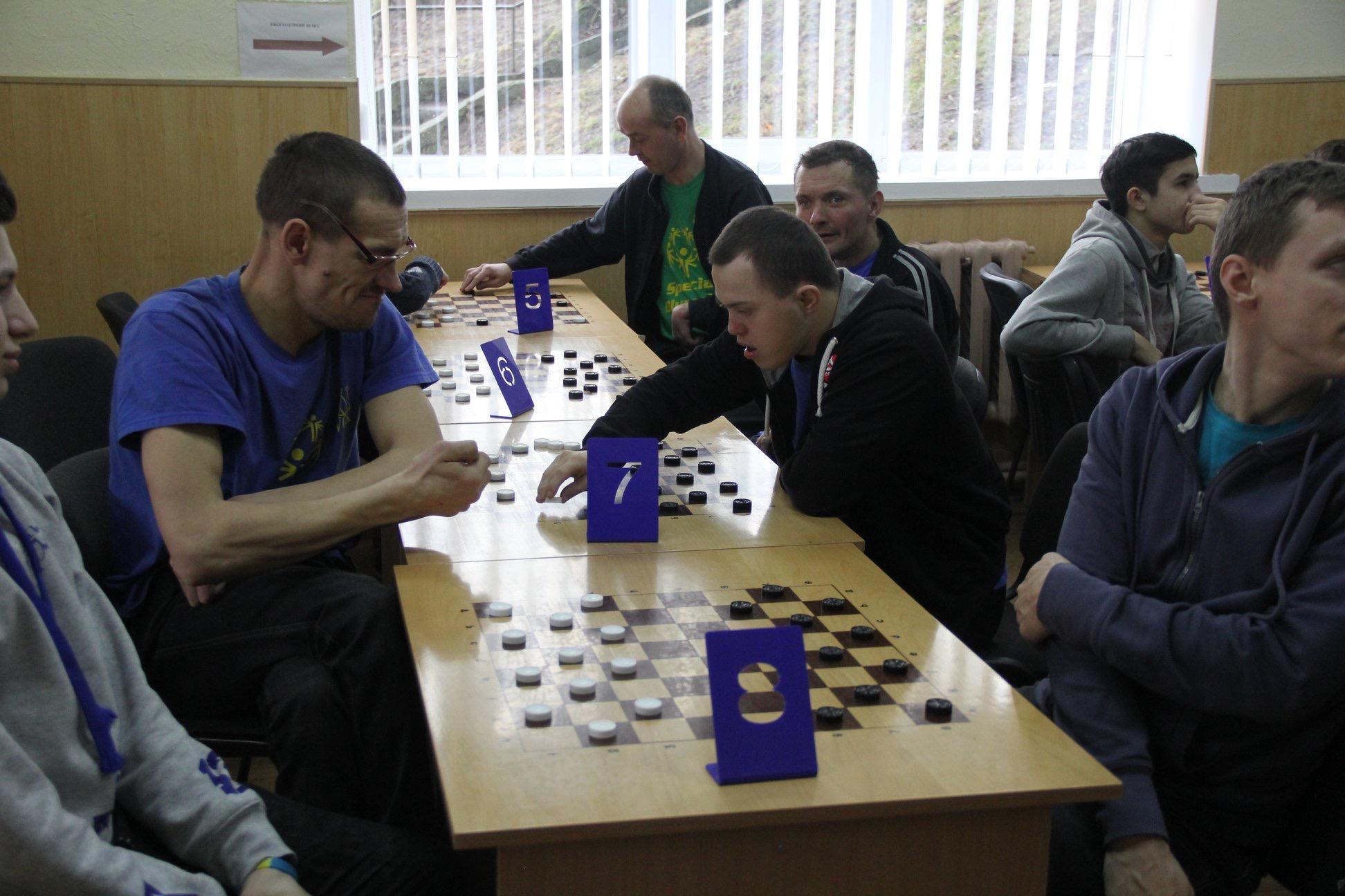У Луцьку для осіб з інвалідністю організували змагання з шашок