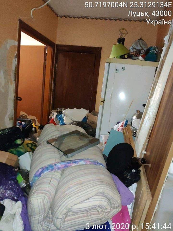 «Неприємний запах по всьому будинку»: лучанин перетворим квартиру на смітник. ФОТО