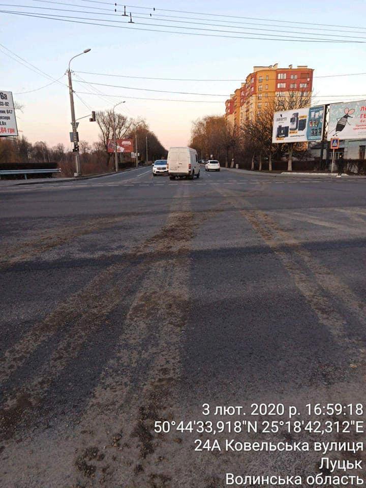 У Луцьку автомобіль забруднив проїжджу частину