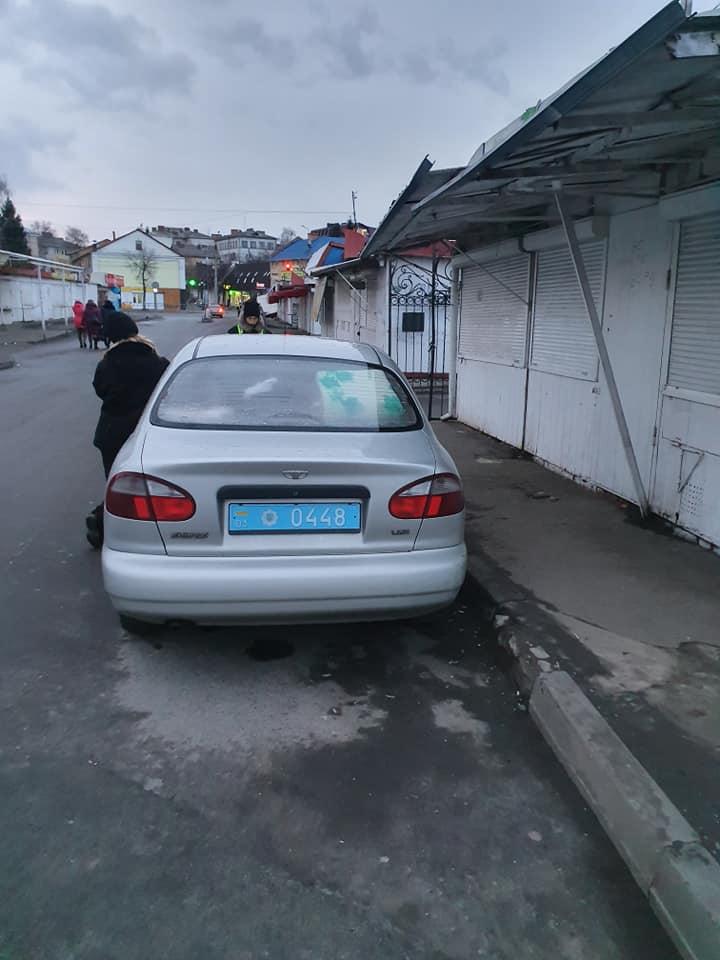 У Луцьку оштрафували поліцейських, які припаркували авто не за правилами