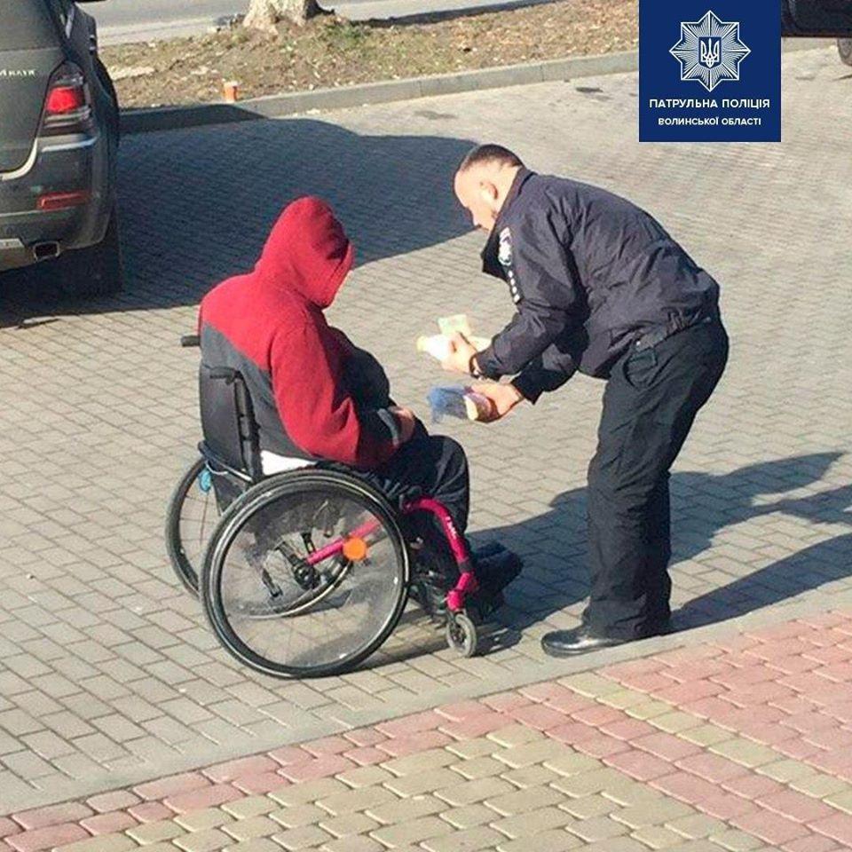 У Луцьку патрульний допоміг чоловіку з інвалідністю придбати продукти