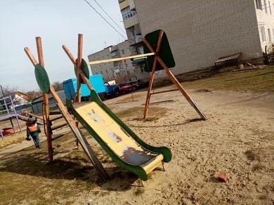 У Ковелі скаржаться на аварійний дитячий майданчик