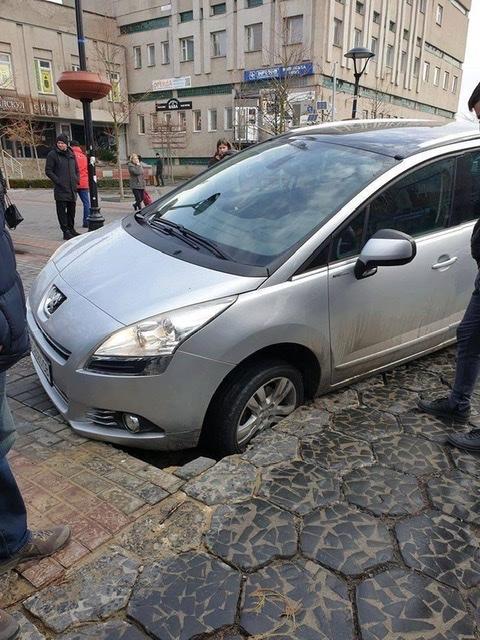 У центрі Луцька провалилася машина