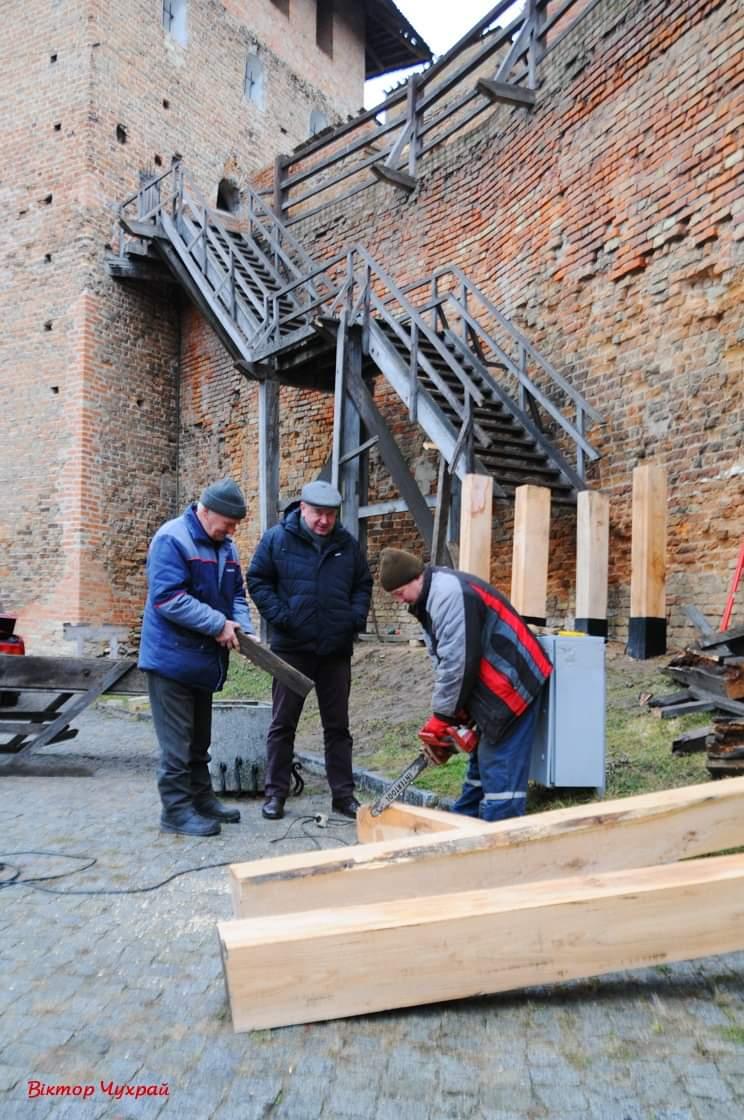 У замку Любарта реконструють дерев'яні сходи