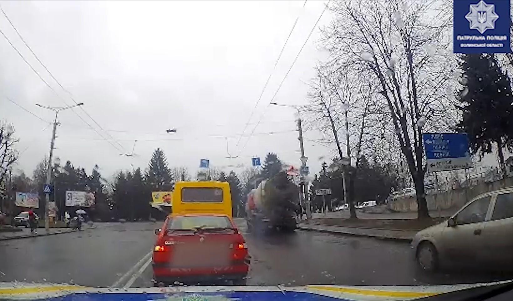 У Луцьку водій вантажівки вилив бетон на проїжджу частину. ВІДЕО