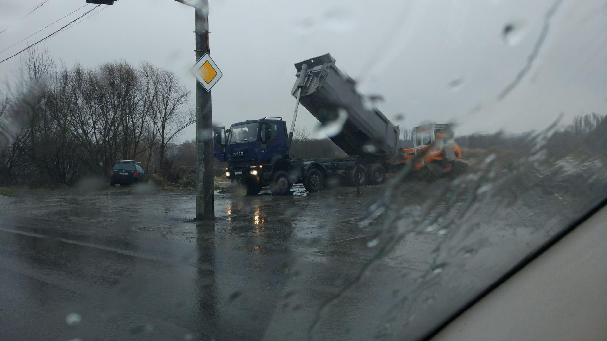 У Луцьку з вантажівки викидали сміття у Стир