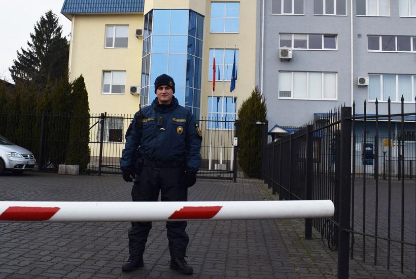 Нацгвардійці уже рік охороняють Генконсульство Польщі у Луцьку