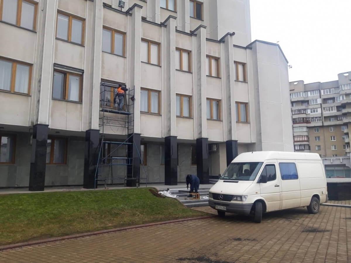 Захисні жалюзі, які встановили на вікна кабінету Погуляйка, передали на баланс апарату Волинської ОДА