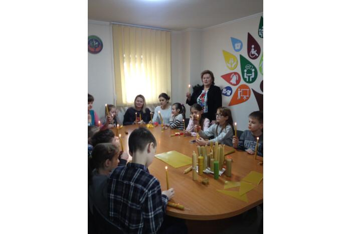У Луцьку діти з інвалідністю виготовляли стрітенські свічки