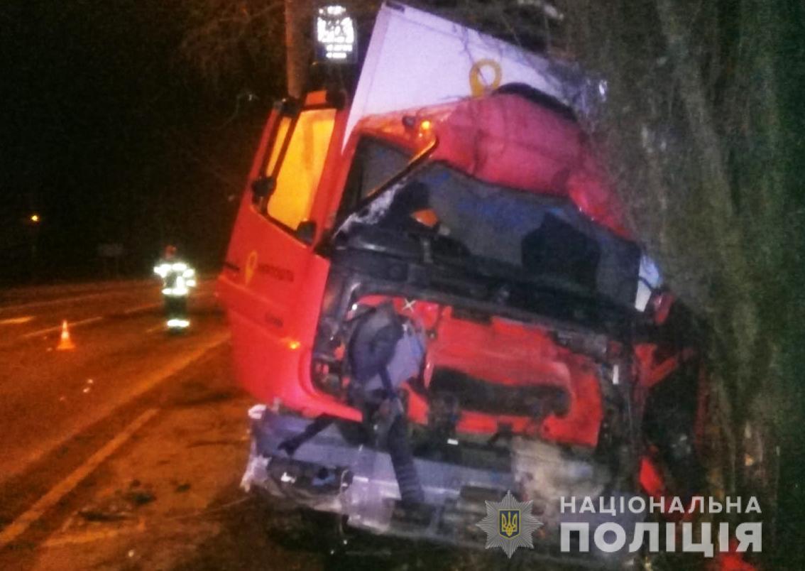 Поліція розслідує ДТП, у якому водій в'їхав у дерево у Луцьку
