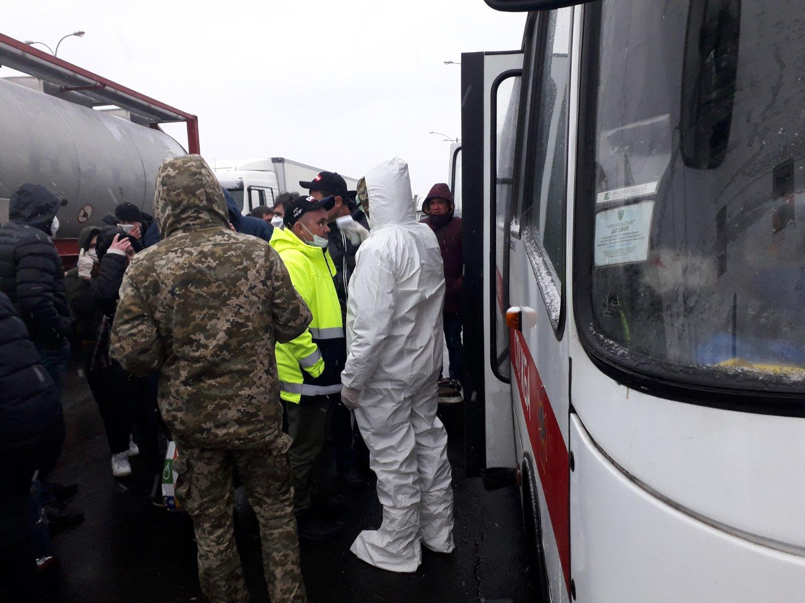 Рятувальники допомагають волинянам перетинати кордон на пункті пропуску Дорогуськ-Ягодин