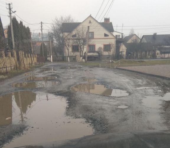 У Луцьку від міської влади вимагають відремонтувати вулиці, де відсутні тротуари